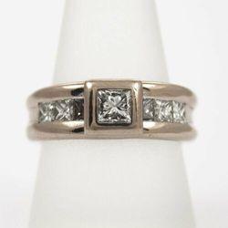 Złoty pierścionek z diamentem P1572